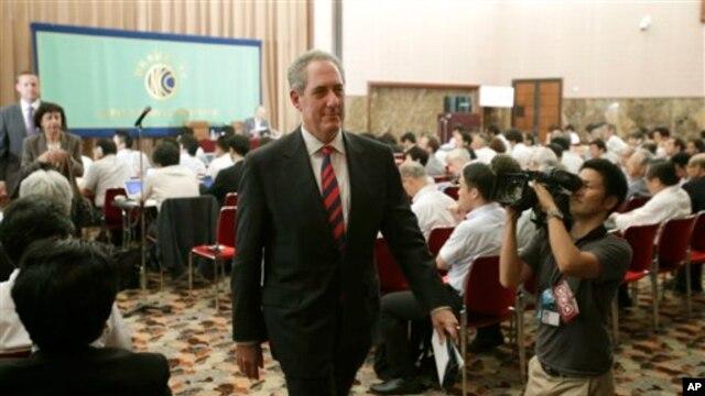 美国贸易代表弗罗曼在东京举行记者会后离开会场。(2013年8月19日)