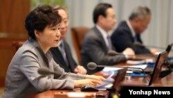 박근혜 한국 대통령이 지난 22일 오후 청와대에서 열린 수석비서관회의에서 발언하고 있다.