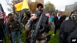 Demonstrant sa puškom na mitingu u Mičigenu protiv mera zatvaranja zbog epidemije Kovida-19
