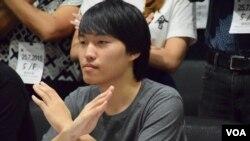 學民思潮成員劉貳龍表示,將會在暑假期間,到香港各社區擺設街站,派發要求撤回基本法教材的文宣。(美國之音湯惠芸拍攝)