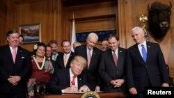 Le président Trump signe le décret sur les monuments nationaux et leurs préservations, à Washington DC, le 26 avril 2017.