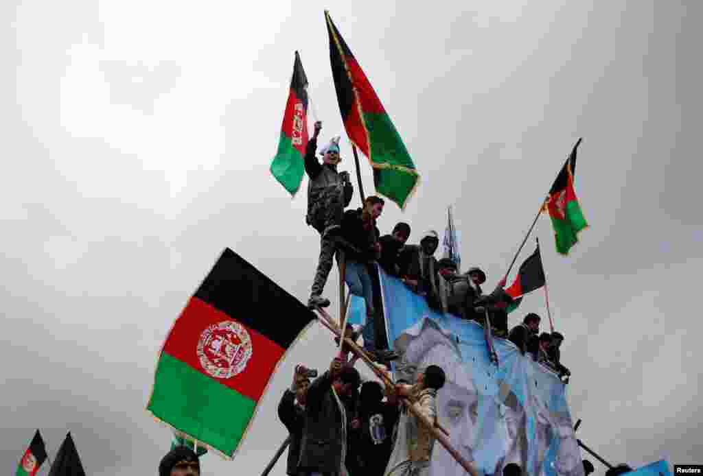 Supporters of Afghan presidential candidate Abdullah Abdullah attend the final day of election campaigning outside Kabul, April 2, 2014.
