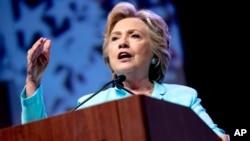 Kandidat presiden AS dari Partai Demokrat Hillary Clinton berbicara pada acara asosiasi jurnalis kulit hitam dan hispanik di Washington (5/8). (AP/Andrew Harnik)