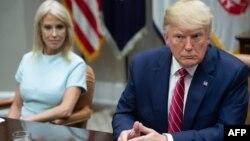 도널드 트럼프 미국 대통령과 캘리엔 콘웨이 백악관 선임고문.