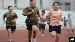 Anak-anak berlatih lari dalam program penurunan berat badan di Shenyang, provinsi Liaoning (Foto: dok). Penelitian menunjukkan angka penderita diabetes di kalangan remaja TIongkok tinggi..
