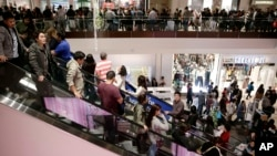 지난 연말 미 캘리포니아주 브리의 쇼핑몰에 모여든 쇼핑객들.