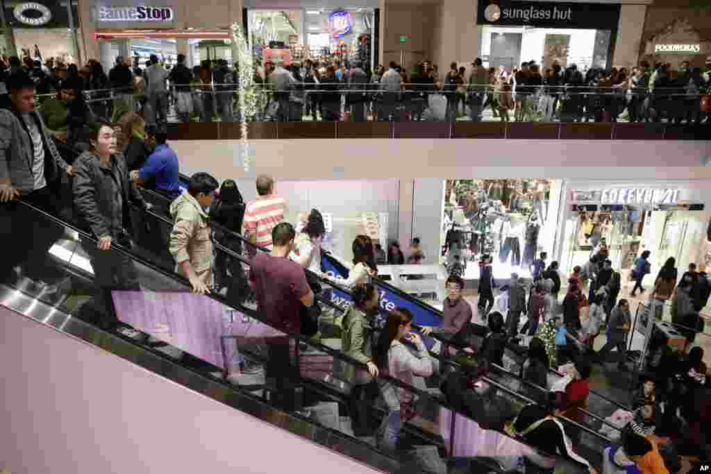 Shoppers throng Brea Mall during Black Friday shopping in Brea, California, Nov. 29, 2013.