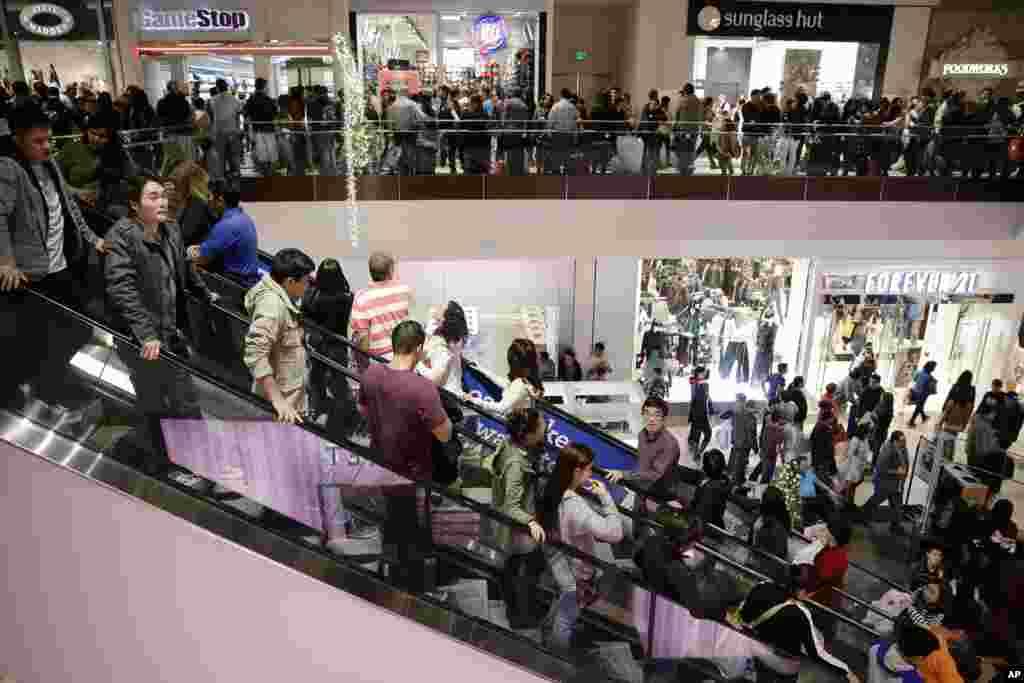 Para pengunjung memadati Brea Mall untuk berbelanja pada hari diskon Black Friday di Brea, California (29/11). (AP/Jae C. Hong)