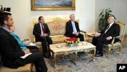 15일 이집트 카이로에서 미국 국무부 부장관 윌리엄 번스(가운데)가 앤 패터슨 이집트 주재 미국 대사(왼쪽)와 함께 아들리 만수르 이집트 임시 대통령(오른쪽)을 면담했다.