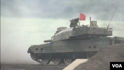 日本8月19日舉行國內實彈射擊演習,參加軍演的坦克。(視頻截圖)