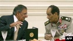 Министр обороны США Леон Панетта и египетский фельдмаршал Мохамед Хуссейн Тантави. Каир. 4 октября 2011 г.
