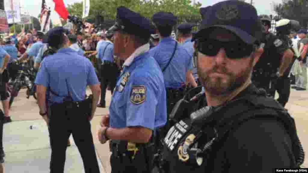 La police bloque les militants de Bernie Sanders devant le bâtiment où a lieu la convention démocrate à Philadelphie, le 26 juillet 2016.