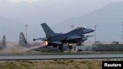 """2017年8月22日,美國空軍F-16""""戰隼""""戰鬥機在阿富汗巴格拉姆機場起飛,執行夜間任務。"""