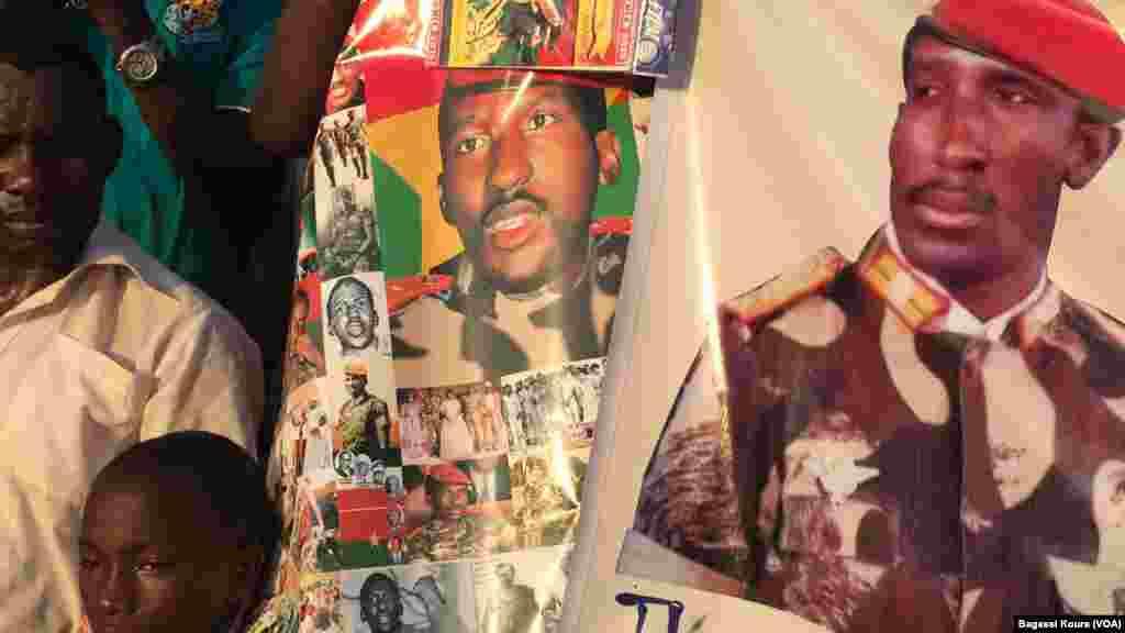 Des posters à l'effigie de Thomas Sankara sont vendus comme de petits pains sur la place des martyrs dans le quartier Tampouy dans le nord-ouest de Ouagadougou où plusieurs milliers de personnes se sont réunies pour commémorer le 28eme anniversaire de l'assassinat de Thomas Sankara. (VOA/Bagassi Koura)