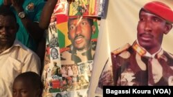 Des posters à l'effigie de Thomas Sankara sont vendus comme de petits pains sur la place des martyrs dans le quartier Tampouy dans le nord-ouest de Ouagadougou où plusieurs milliers de personnes se sont réunies pour commémorer le 28eme anniversaire de l'a