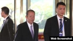 国务院港澳办主任王光亚步入会场会见香港立法会议员(苹果日报图片)