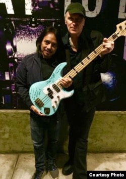Gitaris Dewa Budjana dan pemain bass band Mr. Big, Billy Sheehan (foto/dok: Dewa Budjana)