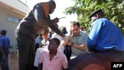 Les forces de sécurité maliennes transportent des otages libérés de l'hôtel Radisson Blu à Bamako, 20 novembre 2015.