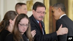 Семья убитого психолога школы Sandy Hook Мэри Шерлак принимает от награду из рук Барака Обамы