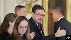 康涅狄克州紐頓的桑迪小學遇害教師舒爾拉持的家屬星期五在白宮接受總統公民勳章