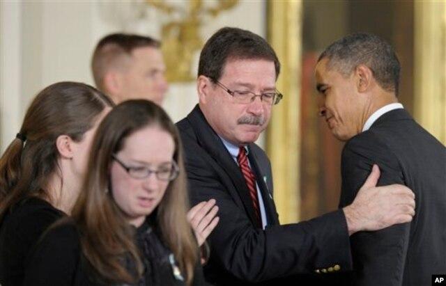 Gia đình của nhà tâm lý học Mary Sherlach thay bà nhận Huy chương Công dân Tổng thống.
