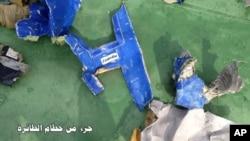Cette photographie a été posté le 21 mai 2016, sur la page Facebook officiel de l'armée de l'air egyptienne qui montre des parts retrouvées de l'avion.