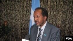 新當選的索馬里聯邦共和國總統馬哈茂德星期六在摩加迪沙戒備森嚴的總統官邸接受了美國之音的採訪