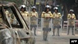 Полицейские охраняют одну из улиц, выходящую на площадь Тахрир