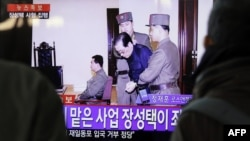 People watch television news showing Jang Song-thaek in court before his excution on December 12, 2013, at the rail station in Seoul, Dec. 13, 2013.