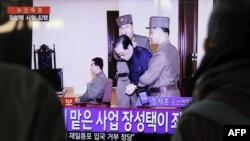 12月13日民眾電視上觀看張成澤於12日處決前在法庭出現。