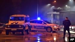 星期三晚上袭击事件发生后黑山警察在美国大使馆周围警戒