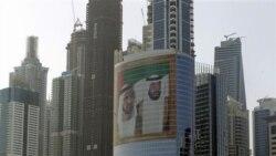 دبی - تصویری بزرگ از شیخ محمد بن راشد آل مکتوم نخست وزیر امارات و حاکم دبی در سمت چپ، و شیخ خلیفه بن زاید آل نهیان رییس دولت امارات در راست - آرشیو