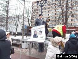 今年3月份的莫斯科反政府抗議集會中,一名女示威者手拿要求抵制索契冬奧會的標 語。(美國之音白樺拍攝)