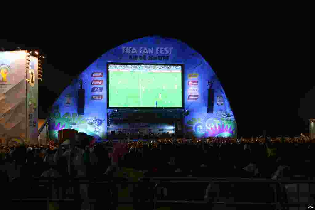 Fans watch a public screening of the Argentina v. Bosnia Herzegovina World Cup match on a huge outdoor monitor, in Rio de Janeiro, June 15, 2014. (Brian Allen/VOA)