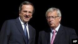 PM Yunani Antonis Samaras (kiri) menerima kunjungan Presiden kelompok Euro Jean-Claude Junker di Athena, Yunani (22/8).