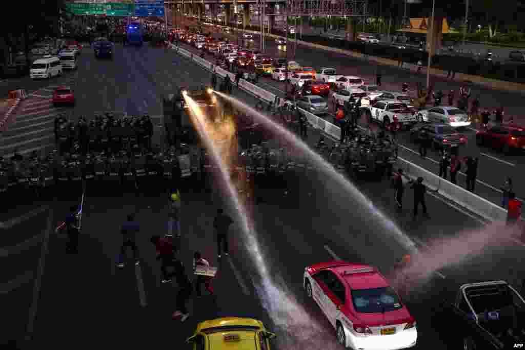 Tailandda prezidentin iqamətgahına doğru irəliləyən nümayişçilərə qarşı su şırnağından istifadə edilib