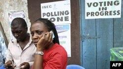 Một viên chức thuộc Ủy ban bầu cử ở thủ đô thương mại Lagos của Nigeria gọi điện thoại sau việc các cuộc bầu cử bị hoãn