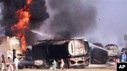 Epave de l'un des camions-citerne incendiés par des militants présumés au Pakistan