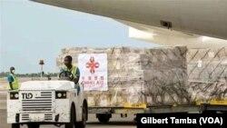 Dons de matériels médicaux de la Chine au Nigeria, à Abuja, le 9 avril 2020. (VOA/Gilbert Tamba)