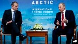 El presidente ruso, Vladimir Putin, habla con el presidente de Islandia Gudni Johannesson durante una reunión, en el marco del Foro Internacional del Ártico en Arkhangelsk, Rusia, el jueves 30 de marzo de 2017.