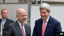 英国外交大臣黑格尔2013年9月9日在伦敦的办公楼外迎接美国国务卿克里