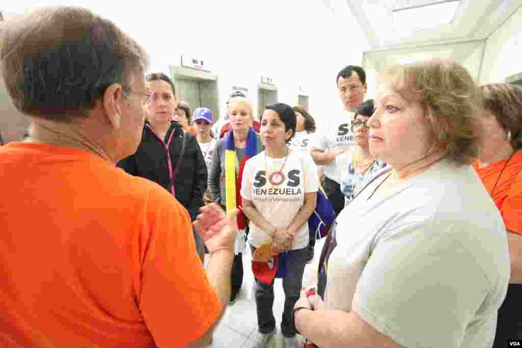 Un grupo de venezolanos de varias partes del país intentan organizarse para pasar la mañana en el Capitolio.