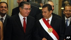 Peru's President Ollanta Humala, right, speaks with his newly appointed Prime Minister Oscar Valdes during the swearing-in ceremony of his Cabinet at the Government Palace in Lima, Peru, December 11, 2011.