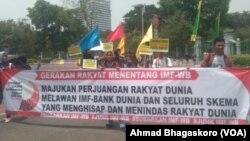 Para pengunjuk rasa membawa spanduk yang menyuarakan protes terhadap IMF-World Bank (Bank Dunia) di depan Kedutaan Bank AS, Jakarta, 8 Oktober 2018. (Foto: VOA/Ahmad Bhagaskoro)