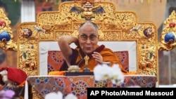 达赖喇嘛在印度菩提迦耶举行的时轮金刚灌顶法会的第一天对信众讲话。(2017年1月2日)