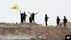 Para pejuang Kurdi merayakan kemenangan setelah merebut kota Tal Abyad, Suriah dari ISIS (15/6). Pasukan Kurdi kembali merebut satu kota lagi, Ain Issa di Suriah utara 23/6.