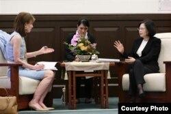 台湾总统蔡英文2016年7月18日在台北的总统府接受美国《华盛顿邮报》资深副主编莱利·韦茅斯(Lally Weymouth)的专访
