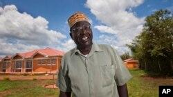 مالک اوباما برادر ناتنی باراک اوباما رئیس جمهوری ایلات متحده در محل زندگی خود در غرب کنیا - نوامبر ۲۰۱۲