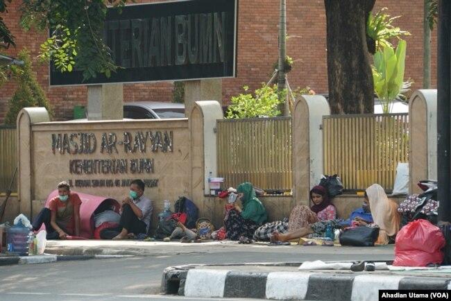 Sebagian pencari suaka di trotoar Masjid Ar-Rayyan di Jalan Kebun Sirih, Jakarta, 5 Juli 2019. (Foto: Ahadian Utama/VOA)