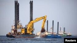 Plutajući bageri pripremaju podvodni rov za cjevovod Sjeverni tok 2 blizu Lubmina, Njemačka, 15. svibnja 2018. Snimljeno 15. svibnja 2018. REUTERS / Axel Schmidt